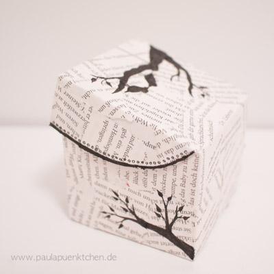 Geschenkbox mit Buchseiten beklebt